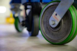 Cómo reducir las lesiones ergonómicas y aumentar la productividad con la rodaja industrial adecuada.